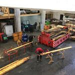 Fußballplatzhütten - Abbau: entnageln der Dachkonstruktion