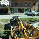 Gemeinschaftsgarten, Anlieferung Zaunelemente, mit Lader 509