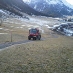 U400 mit Streuer im Winterwanderweg - Einsatz