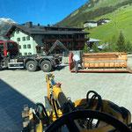 Container aufladen am Kirchplatz aufgrund Reparaturarbeiten Deutz Fahranhänger