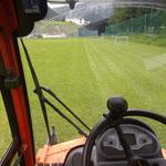 Rasenpflege rund um den Fußballplatz