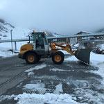 Schneeräumung für Winterbeschilderung in Zürs