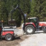 Baustelle Kinderbecken: Holder mit Flickschotter für Schüttung am Beckenrand beladen