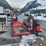 Material laden Schotterarbeiten Winterwanderweg Zürs-Lech
