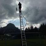 Rasensprenkler und Leitung montieren am Fußballplatz, Tor Minigolfanlage