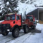 Pistenbully 100 für Reparaturarbeiten vom Heizwerk Zug zum Bauhof bringen, mit Unimog 1600 und Bigabhänger
