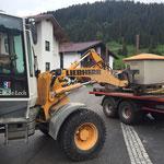 Splittkisten in den Parzellen zusammen sammeln, mit Lader 509 und Traktor/Plattform
