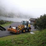Lader-Kehrmaschine im Einsatz Mautstraße Zugertal