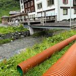 Eisplatz Zürs, Rohre aus Zürsbach entfernen
