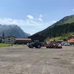 Bagger abladen mit Steyr und Bigabhänger für Stromkabelgraben