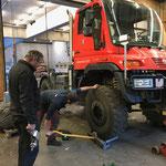 U400 für Winterdienst vorbereiten, Reifenwechsel und Streuer-Montage