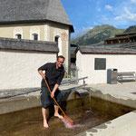 ...und Brunnen reinigen Kirchplatz