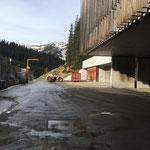 Bauhof aufräumen: Blumenerdecontainer entleeren
