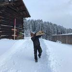 Schneestangen stellen Winterwanderweg Berg
