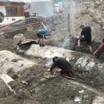Alte Tankstellen-Tanks aufbrennen und für Bagger-Abbrucharbeiten vorbereiten