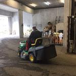 Waldbad Rasenmäher in die Waschhalle fahren und säubern