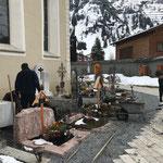 Gräber für Urnenbeisetzung vorbereiten