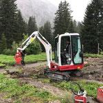 Neue Betonhülsen für Zaunsteher setzen