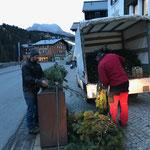 Eisen Blumentröge mit Latschen bestücken