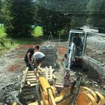 Betonziegel einschütten, Holzpaletten versorgen