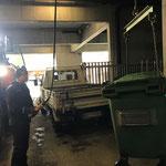Mülltonne abladen mit Hallenkran am Bauhof