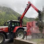 Grünschnitt einfassen am Bauhof. Fact Sheet: Grünschnitt muss kostenpflichtig bei Abfallunternehmen entsorgt werden. 2019: 60 Tonnen.