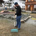 Spielplatz Schulplatz Splitt rechen