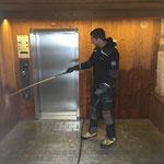 Öffentliches WC Mesmerstall, Vorraum reinigen nach Vandalismus. Mit U400 und Kanalreiniger