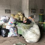 Händische Müllumlagerung Veranstaltung Skischule Lech am Bauhof