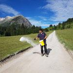 """Salz streuen """"Baustraße"""" Waldbad Lech gegen Staubentwicklung"""