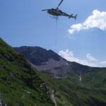 Arbeitsmaterialtransport zurück zum Bauhof mittels Helikopter