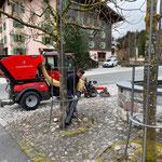 Holder Kehrmaschine im Einsatz, Dorfbrunnen