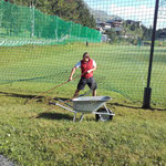 Mäharbeiten rund um den Fußballplatz