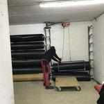 Versorgen der Bodenmatten im Lager