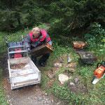 Altersschwache Bänke am Lechweg abbauen und abtransportieren
