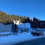 Bauzaunabdeckungen aufhängen Baustelle Gemeindezentrum