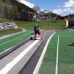 Jugendplatz sport.park.lech: Verkleben und Einrichten der Bodenmatten