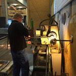 Material schneiden für Radübergänge in der Schlosserei