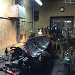 Reparaturarbeiten an Pistenrettungsakias in der Schlosserei