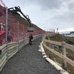Weg schütten Wanderweg Zürs - Lech, nach Verbreiterung durch Geländerelemente