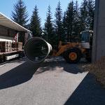 Drittleistung: Rohre für Baustelle ÖBB Spullersee abladen beim Heizwerk Zug...
