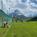 Fußballplatz Linien markieren und Mäharbeiten