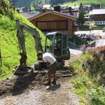 Alte Holzrinnen ausgraben, Graben vorbereiten für Metallrinne...