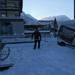 Bühne abschaufeln für Adventveranstaltung Lech Zürs Tourismus