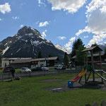 Rasenpflege am Schul-Spielplatz