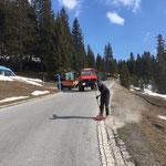 Tagwasserrinnen putzen in Oberlech, mit U1600 und Containerhänger