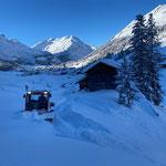 Schneeabschieben Bernhards Alpstall für Lawinensicherheit
