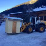 Übersiedelung der Hütten vom Weihnachtsmarkt Zug zum Kirchplatz Lech