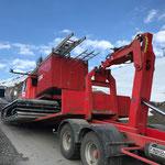 Alte Feuerwehr-Pistenraupe für Transport zu Feuerwehrmuseum verladen