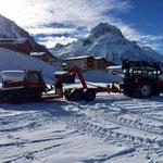 Pistenbully Paana abladen für die ersten Winterwanderweg-Präparierungen, mit Steyr 6190 CVT und Bigabhänger